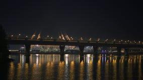 St Petersbourg, Russie - 30 mars 2019 : Nuit tirée de couleurs changeantes de stade de football au-dessus de rivière de Neva banque de vidéos