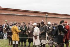 St Petersbourg, Russie - peuvent 28, 2016 : Préparation pour les Vikings La reconstitution et le festival historiques peuvent des Photo stock