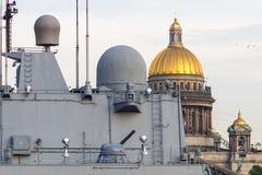 St Petersbourg, Russie - 07/23/2018 : Préparation pour le défilé naval - amiral Makarov de frégate image libre de droits