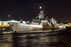 St Petersbourg, Russie - 07/24/2018 : Préparation pour le défilé naval - amiral Makarov de frégate images stock