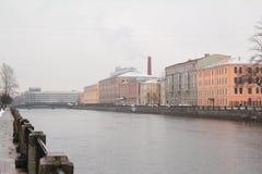 St Petersburg är en stad på den Neva floden Royaltyfri Foto