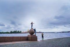 St Petersburg Été 2016 Les jeunes ayant l'amusement prenant des photos sur la broche de boule de la rivière de Neva Images libres de droits