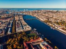 St Petersburg överkant som skjuter det flyg- surret Sikt av staden, den Neva floden, den finlandssvenska fjärden och broar fotografering för bildbyråer