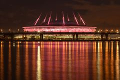 St Petersburg arena på natten Krestovsky stadion Zenit arena St Petersburg stadion arkivfoto