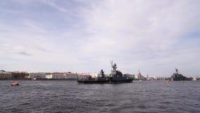 St Petersburg Buques de guerra en Neva River almacen de metraje de vídeo