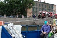 St Petersburg Camion de pompiers sur la précipitation Photographie stock