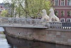 St Petersburg, canal de Griboyedov Ponte de Lviny (leão) Foto de Stock Royalty Free
