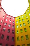 St Petersburg coloré et profond bien avec le bord de couleur entre les bâtiments Images libres de droits