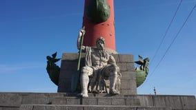 St Petersburg Columnas rostrales de la escultura Cierre para arriba metrajes