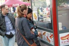 St Petersburg, czerwiec 12, 2015: Dziewczyny stoją w linii dla hot dog blisko pałac kwadrata fotografia royalty free