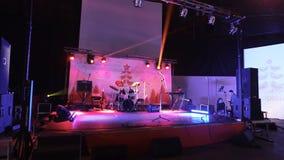 ST PETERSBURG - 25 DE DEZEMBRO: Fase vazia com instrumentos filme