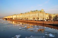 St. Petersburg. De Dijk van het paleis bij schemer stock fotografie