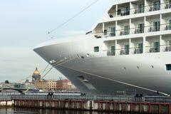 St. Petersburg, de ligplaats van de cruisevoering Royalty-vrije Stock Fotografie