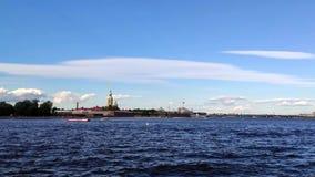 St Petersburg De Peter en van Paul vesting op de Neva-rivier stock video