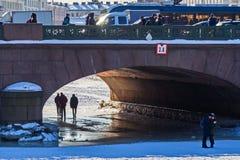 St Petersburg Die Leute gehen auf durch Eis den Fluss Fontanka stillgestellt nahe der Anichkov-Brücke stockfoto