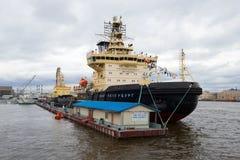 ` St- Petersburg` Eisbrecher an Pier ` englischem Damm ` Abschluss oben Viertes jährliches Festival von Eisbrechern stockbilder