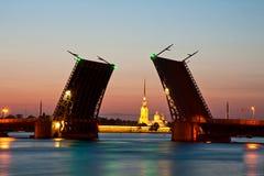 St Petersburg, el puente aumentado del palacio Imágenes de archivo libres de regalías