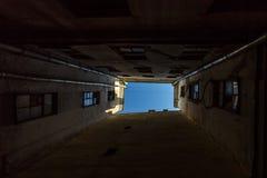 St Petersburg gårdar vägg för gator för tegelstenstadsflicka lanes fotografering för bildbyråer