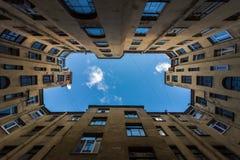 St Petersburg gårdar vägg för gator för tegelstenstadsflicka lanes arkivbilder
