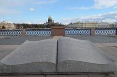 St Petersburg Het monument het geopende boek Royalty-vrije Stock Foto