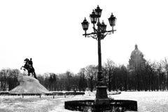 St Petersburg i vinter Monument till den Peter First och helgonIsaaks domkyrkan Arkivbilder