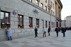 St Petersburg invånare lägger blommor för offer av terroristen på Fotografering för Bildbyråer