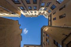 St Petersburg jardy ceglana miasta dziewczyny ulic ściana lanes zdjęcia stock