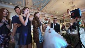 ST PETERSBURG - JULI 25: bröllopdagen - koppla ihop med överflöd av kronblad lager videofilmer