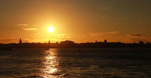 St Petersburg kontur på solnedgången vid floden Royaltyfria Bilder
