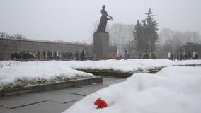 St Petersburg La Russia Cimitero del memoriale di Piskaryovskoye stock footage