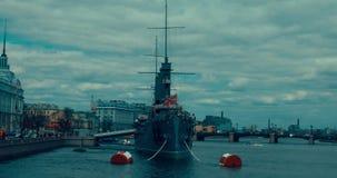 St Petersburg La Russie, le 13 mai 2017 : L'aurore révolutionnaire légendaire de croiseur de bateau-musée à la rivière de Neva banque de vidéos