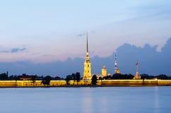 St Petersburg na Neva przy zmierzchem, forteca przez rzekę, Peter i Paul Zdjęcie Stock
