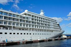 St Petersburg, navio de cruzeiros no cais Foto de Stock Royalty Free