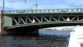 St Petersburg Neva River Embarcación de recreo en el río Nadada debajo del puente Cámara lenta de un barco de placer almacen de video