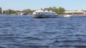 St Petersburg Neva River Sportboot auf dem Fluss Zeitlupe von einem Vergnügungsdampfer stock video