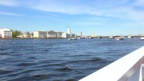 St Petersburg Neva River Sportboot auf dem Fluss Zeitlupe von einem Vergnügungsdampfer stock footage