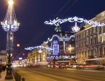 St Petersburg Nevskiy prospektgata på natten Arkivfoto