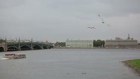 St Petersburg no barco de prazer da navigação de Neva River para turistas video estoque