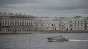 St Petersburg no barco de prazer da navigação de Neva River para turistas vídeos de arquivo