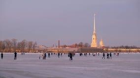 St Petersburg no inverno Os povos andam no gelo de Neva River filme