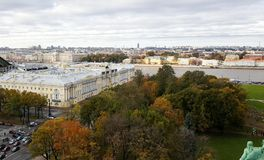 St Petersburg no outono com Boris Yeltsin Presidential Library e as árvores e o rio coloridos de Neva fotos de stock