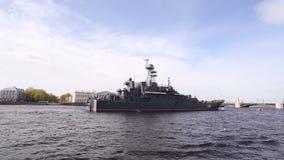St Petersburg Oorlogsschip op de Neva-rivier stock videobeelden