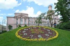 St Petersburg Orologio del fiore contro l'università di Stato di ITMO Fotografie Stock