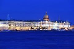 St Petersburg på natten Arkivfoton