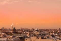 St Petersburg panoramautsikt från höjden av på staden och domkyrkor på solnedgången royaltyfri foto