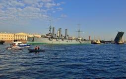 St Petersburg Passage av kryssaren royaltyfri fotografi