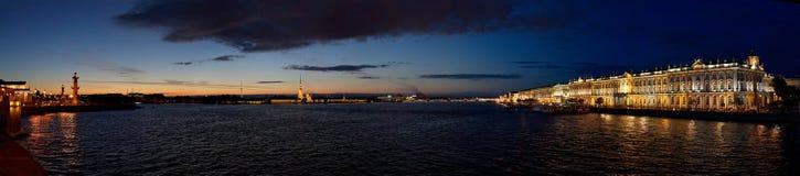 St Petersburg pendant les nuits blanches - rivière d'ermitage et de Neva image libre de droits