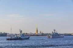 St Petersburg Peter och Paul fästningkrigsskepp på Nevaen rive fotografering för bildbyråer