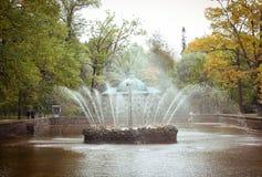 St Petersburg Petergof springbrunnhistoria arkivfoto