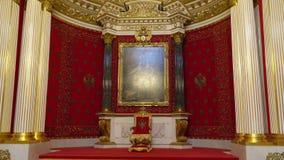 St Petersburg, Peterhof, Rússia, em junho de 2018: Palácio do inverno Interior da sala pequena do trono no museu de eremitério do video estoque
